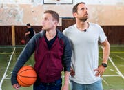 """""""Verlottert"""" ist noch nett ausgedrückt: Stefan Büsser und Manuel Rothmund sind entsetzt über den Zustand einer Schulturnhalle in Bosnien. (Bild: SRF)"""