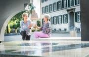 Jacqueline Vogel und Susann Vögeli beim Brunnen und der Skultpur Heraklit in Weinfelden. (Bild: Andrea Stalder)