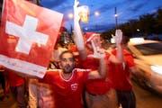 Feierlaune in der Stadt Luzern nach dem 2:1-Sieg der Schweizer Nati gegen Serbien. (Bild: Jakob Ineichen, Luzern 22. Juni 2018)