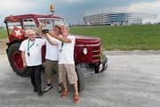 Josef Wyer, Beat Studer und Werner Zimmermann (von links) vor dem Stadion in Kaliningrad. (Bild: Laurent Gilliéron/Keystone (Kaliningrad, 21. Juni 2018))