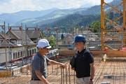 Jan Colruyt (links) und Thomas Egli diskutieren den Baufortschritt. (Bild: Ruben Schönenberger)