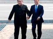 Der nordkoreanische Machthaber Kim Jong Un und der südkoreanische Präsident Moon Jae-in bei ihrem historischen Treffen im April 2018. Nun verhandeln beide Länder über baldige Familientreffen. (Foto: Korea Summit Press Pool via AP, File) (Bild: KEYSTONE/AP Korea Summit Press Pool)