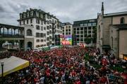 Schweizer Fans fiebern mit der Nati beim Hotel Schweizerhof mit. (Bild: Philipp Schmidli (Luzern, 17. Juni 2018))