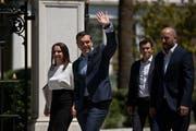Ein zufriedener Premier Alexis Tsipras verlässt in Begleitung seiner Gehilfin Ioanna Peppe den Präsidentenpalast in Athen. (Petros Giannakouris/AP, 22. Juni 2018)