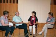 Podium mit Franz und Bernadette Inauen (Mitte). Ganz links: Regula Gerig, Geschäftsleiterin Alzheimervereinigung OW/NW, und Theres Ettlin, Leiterin Beratung (rechts). (Bild: Marion Wannemacher (Sarnen, 21. Juni 2018))