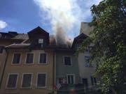 Aus einem Einfamilienhaus in der Altstadt von Mellingen AG drang dichter Rauch. Ein Übergreifen des Feuers auf andere Häuser konnte verhindert werden. (Bild: Handout Kantonspolizei Aargau)