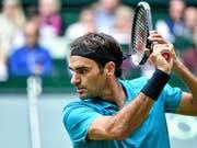 Roger Federer setzt zum Slice an (Bild: KEYSTONE/EPA/SASCHA STEINBACH)