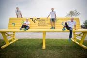 Vertreter des OK des Kantonalen Turnfestes 2018 in Romanshorn posieren auf der eigens für den Anlass gezimmerten Parkbank im Romanshorner Hafen. (Bild: Reto Martin)