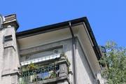 Der mit dem silberfarbenen Blech abgedeckte Schlitz an der Untersicht des Daches an der Burgstrasse 74. Rechts dunkel ist ein wieder geöffneter Zugang zu erkennen. (Bild: Reto Voneschen)