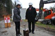 Die Regierungsräte Maya Büchi und Josef Hess beim Spatenstich für den Hochwasserstollen. Talwärts verzögert sich das Projekt vorerst. (Bild: Philipp Unterschütz (Alpnach, 19. Februar 2018))