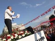 Präsidentschaftskandidat Muharrem Ince bei einem Wahlkampfauftritt in Ankara. Ince rief Präsident Recep Tayyip Erdogan zu einem TV-Duell auf. (Bild: KEYSTONE/EPA/TUMAY BERKIN)