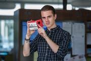 Max Sturm zeigt die Virtual-Reality-Brille, mit der seine App genutzt werden kann. (Bild: Dominik Wunderli (Luzern, 19. Juni 2018))