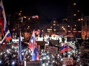 Nach der Ermordung des slowakischen Journalisten Jan Kuciak sind am Freitag in der Slowakei wieder zahlreiche Menschen auf die Strasse gegangen. (Bild: KEYSTONE/EPA/JAKUB GAVLAK)