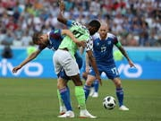 Zweikampf unter Weltklassespielern: Gylfi Sigurdsson gegen John Obi Mikel (Bild: Keystone/EPA/ZURAB KURTSIKIDZE)