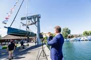 Zu den Klängen von Dani Felbers Trompete schwebt das edle Segelschiff Richtung Wasser. (Bild: Donato Caspari)