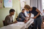 Blick ins Klassenzimmer: Lehrerin Myriame Schlegel bringt ihren Schülern neue Wörter bei. (Bilder: Benjamin Manser)