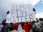 Seit 2014 tötete die Polizei in den USA Schätzungen zufolge jährlich rund 300 schwarze US-Bürger, von denen rund ein Viertel unbewaffnet war. Diese Polizeigewalt führt zu psychischen Problemen bei Schwarzen. (Bild: KEYSTONE/AP/GERALD HERBERT)