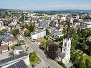 Die Luftaufnahme der Stadtkirche verdeutlicht, dass die Kirche mitten im Wohngebiet steht. (Bild: Reto Martin)