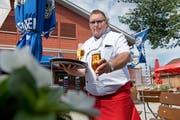 Pallino-Wirt Marcel Wegmüller schenkt eine der günstigsten Stangen Bier in der Stadt Luzern aus. (Bild: Corinne Glanzmann, Luzern, 22. Juni 2018)