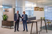 Am 22. Juni 2018 eröffnet in Schüpfheim die erste LUKB-Geschäftsstelle der neuen Generation. Fabian Felder (rechts) übernimmt die Leitung der LUKB in Schüpfheim von seinem Vorgänger Peter Riedweg. (Bild: PD)