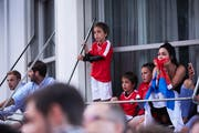 Schweizer und serbische Fans bibbern nebeneinander. (Bild: Jakob Ineichen, Luzern 22. Juni 2018)