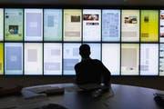 Ein Journalist schaut die digitale Blattplanung in der Redaktion der Aargauer Zeitung an. (Bild: Gaetan Bally/Keystone, Aarau, 13. Januar 2012)
