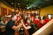 Beim Schweizer Siegtreffer gibt es bei den Fans im Bierlager kein Halten mehr