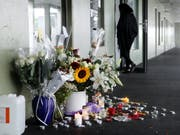 Blumen und Beileidsbekundungen vor dem Hauseingang in Carouge GE, wo der Verurteilte vor sechs Jahren das zwölfjährige Mädchen getötet hatte. (Bild: Keystone/MAGALI GIRARDIN)