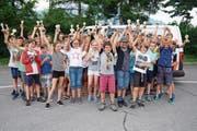 Die erfolgreichsten Buben und Mädchen zeigen stolz ihre Pokale. (Bild: Romano Cuonz (Sarnen, 21. Juni 2018))
