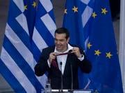 Zum Abschluss seiner Rede bindet Tsipras die Krawatte wieder los. (Bild: KEYSTONE/AP/PETROS GIANNAKOURIS)