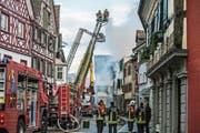 Grosseinsatz der Feuerwehr beim Altstadtbrand von Steckborn. (Bild: Reto Martin, 21. Dezember 2015)