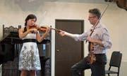 Lorenz Gamma (rechts) beim Unterrichten einer Geigenschülerin. (Bild: Alamy (2. Juli 2012))