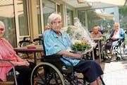 Zum hundertsten Geburtstag bekam Agnes Zingerli gleich drei Blumensträusse geschenkt. (Bild: Carmen Kaufmann)