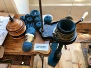 Mit der alten Sockenstrickmaschine lässt sich nicht nur das Rohr, sondern auch die Ferse maschinell herstellen.