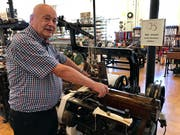 Gottlob Lutz versteht es, jede der Maschinen in Gang zu setzen und deren Funktion im Detail zu erläutern.