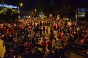 Fussball-Party unter freiem Himmel: Der Andrang beim Schwanenkreisel war so gross, dass keine Autos mehr ins Epizentrum der Feier vorstiessen.Bild: Christoph Heer