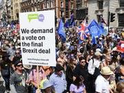 Zehntausende haben in London für eine Volksabstimmung über den Brexit demonstriert. (Bild: KEYSTONE/EPA/ANDY RAIN)