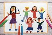Oft sind es in Kitas die Praktikantinnen und Praktikanten, die die Kinder betreuen, während das erfahrene Personal sich um Administratives kümmern muss. (Bild: Getty)