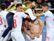 Winnertypen: die Spieler des Schweizer Nationalteam nach dem 2:1 gegen Serbien (Bild: KEYSTONE/LAURENT GILLIERON)
