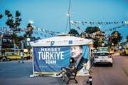 «Alles für die Türkei», verspricht Präsident Erdogan auf diesem Wahlplakat im Zentrum des Istanbuler Stadtteils Üsküdar. (Bild: Bülent Kilic/AFP (14. Juni 2018))