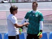 Captain Manuel Neuer und Bundestrainer Joachim Löw im Gespräch: Es wurde viel geredet im Vorfeld der Partie gegen Schweden (Bild: KEYSTONE/EPA/MOHAMED MESSARA)