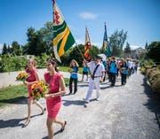Angeführt von zwei Ehrendamen und Fähnerich Felix Peter marschieren Fahnenträger, Organisatoren und Ehrengäste durch die Stadt. (Bild: Reto Martin)