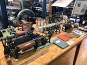 Webstühle und andere Maschinen aus der textilen Fertigung im Miniaturformat.