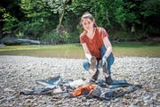 Annette Jenny zeigt zwei Schuhsohlen, die sie am Sitterufer eingesammelt hat. (Bild: Urs Bucher)