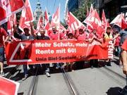 Aus der ganzen Schweiz sind mehrere tausend Bauarbeiter am Samstag nach Zürich gereist, um unter anderem für die Rente mit 60 zu demonstrieren. (Bild: KEYSTONE/SIGGI BUCHER)