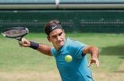 Die Chance auf den zehnten Titel in Halle ist für Roger Federer weiter intakt. (Bild: Friso Gentsch/Keystone (Halle, 23. Juni 2018)