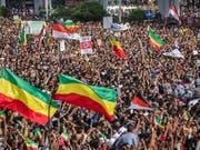 Nach der Detonation kam es unter den zehntausenden Teilnehmern zu panikartigen Szenen,. (Bild: Keystone/AP/Mulugeta Ayene)