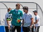 Bei Deutschland, hier mit Captain Manuel Neuer und Trainer Joachim Löw, war nach dem 0:1 gegen Mexiko viel Redebedarf vorhanden (Bild: KEYSTONE/EPA/RONALD WITTEK)