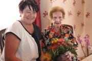 Gemeindepräsidentin Pia Tresch gratuliert Martha Furrer zum 105. Geburtstag. (Bild: Paul Gwerder (Erstfeld, 23. Juni 2018))