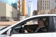 Eine arabische Frau fährt zum ersten Mal alleine Auto. Bild: Ahmed Yosri/EPA (Riyadh, 24. Juni 2018)